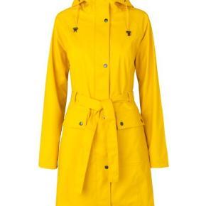 Jakken er samme farve som Ilse Jacobsens gummistøvler, se billede nr. 2.  Det er kun jakken der sælges. Nypris: 950 kr