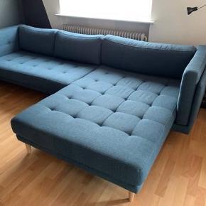 Blå stof-sofa med stor chaiselong. Mål: 170 x 290. 3/4 år gammel og fremstår i meget fin stand. Sælges kun pga. flytning. En rigtig flydersofa 😃