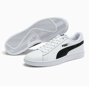 Smash V2 Puma sko i hvid med sort stribe og logo i størrelse 38.  Brugt er par gange, men har ingen skader eller noget.  Soft foam sål