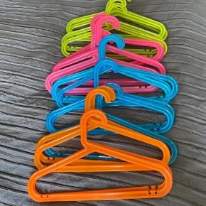 21 bøjler til børnetøj Grøn, blå, lyserød, orange Kun afhentning, sendes ikke