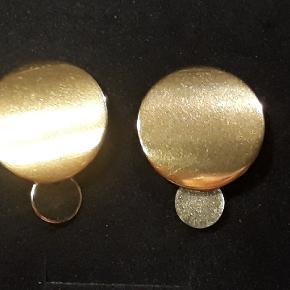 Eget design.  Øreringe i forgyldt stål, de er 2 cm brede og er 2.6 cm lange. Øreringene leveres i gaveæsker og kan sendes for 20 kr med Post Nord, almenlig brev.