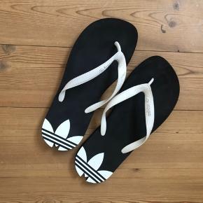 Klip klapper fra Adidas. Vandtætte, så de kan bæres ved poolen eller lign. Jeg har haft dem brugt en uge på ferie, og ellers ikke.  Sælges billigt, da jeg skal have solgt ud!