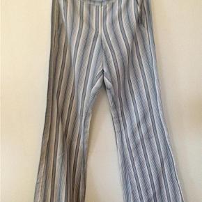 Varetype: bukser Størrelse: 34 Farve: Blå/hvid  Flotte bukser, 100 % bomuld. Lukkes med lynlås og hægte foran. Livvidde: ca. 77 cm.