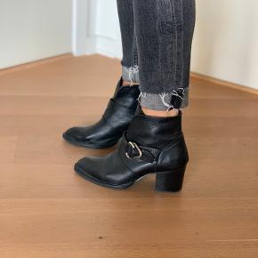 Super fede støvler fra Pavement med 5 cm. Hæl. Brugt meget lidt. Ægte skind