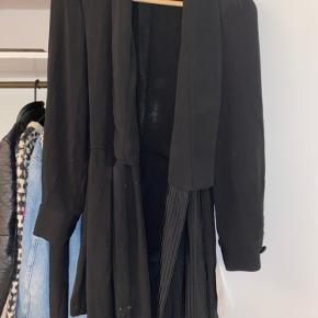 Flot sort shorts buksedragt fra zara der bindes om livet med shorts indenunder og knapper udenpå. Aldrig brugt med prismærke