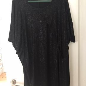 Super lækker kjole/tunika med glimmer. Mærket er klippet af, men den er aldrig brugt.