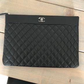 Varetype: Clutch Størrelse: Alm Farve: Sort Oprindelig købspris: 9000 kr.  Købt for 9000 kr og sælges ikke for meget under det beløb.  Det er en vintage Chanel o case. Som aldrig har været i brug.