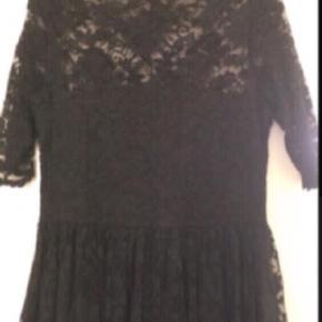 Køb køb køb.🤗🤗  Nedsat med 71%😉 Sælge denne fine kjole fra Ganni.👗   Brugt 1 gang. Str 38/M Mærket i nakken, samt vaskemærket er klippet af, ellers ville det kunne ses. Kjolen har lommer i siderne.😊  Se mine andre annoncer.   Sender med DAO, fragt betales af køber og gebyr, hvis herinde.   #Secondchancesummer
