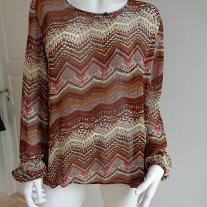 Fin bluse, som er mindre transperant. Brystvidde: 2 x 56 cm Længde: 60 cm Matriale: 100% viscose