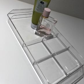 2 fine akrylbakker fra godmorgon serien evt. til at stå på badeværelset, eller til makeuppen Fra ikea Måler ca 23x15x3