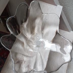 Smukt glasskål/ fad måler 32× 28 cm
