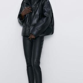 Mega sej jakke fra ZARA i kunstlæder. Brugt en enkelt gang. Kan afhentes på Amager.