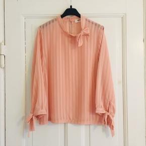 Lyserød Øst London Rude bluse   Er en str one-size men vil sige den passes af en str S-M   95% polyester 5% elastico