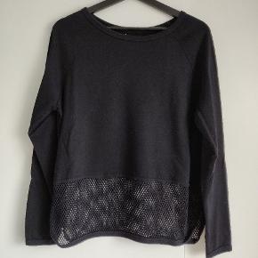 Varetype: Bluse  Farve: Sort    Læs bluse, langærmet, fin detalje forneden med hullerne.