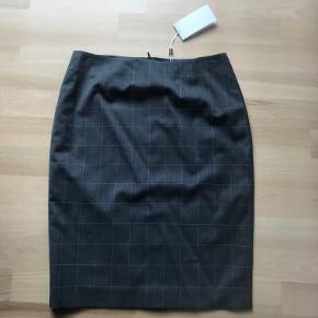Pencil skirt med diskrete tern 97% fin uld 2% polyamid 1% elastan Længde: 57,5 cm