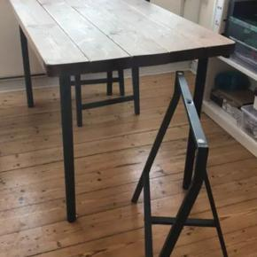 Bord til 6 stole. Det ben der står ved siden af bordet,  er det som hører til. Man kan sætte ben på efter eget ønske.