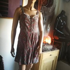Vintage kjole med draperier og fletværk på ryg..tyndt indisk bomuld. Stoffet er i forskellige fine vikle reservering teknikker.
