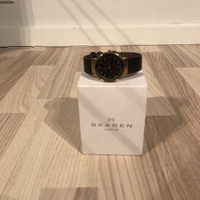 SKAGEN UR Uret sælges uden et virkende batteri, derudover kan det ses på sidste billede, at der er en ridse på urskiven, men ses kun tydeligt, hvis uret holdes op mod lyset.  BYD gerne, hvis du mener 400kr er for meget.