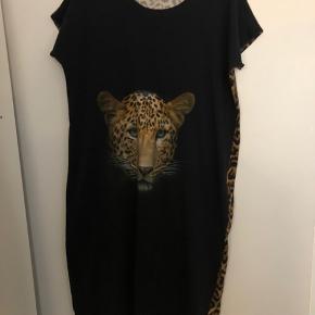 Super fin blå kjole med leopard print på ryggen.  Passer en str L/XL.  Brugt 1 gang  Kan sendes mod køber betaler porto😊