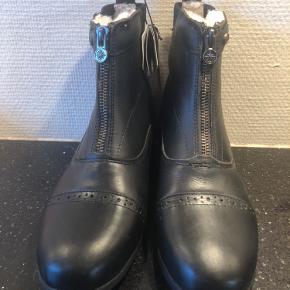Ridning   Suedwind  Super lækker kort ridesko/støvle i sort læder med skridsikker sål. Lækkert blødt Uldfoer. Vandtætte. Sporeholder på hælen.   Str.40   Nye og ubrugte med tag.