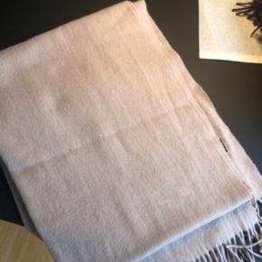 Halstørklæde fra Mödstrøm. Brugt få gange. Farve: Støvet rosa  Afhentes i Aarhus