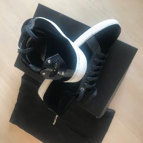 Nye lips sneakers fra YSL med tilhørende dustbag. Og kassen Velour sneakers med læder læber Store i str. kan sagtens passer til str 40 Ny pris 595 eur