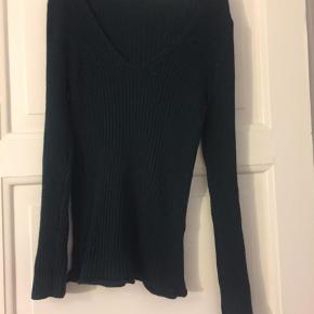 Flot sweater / bluse med v-neck. Tætsiddende. I meget flot grøn farve (billedet gør det lidt svært at se, den er grønnere i virkeligheden) :-) Størrelse M  Bluse Farve: Grøn Oprindelig købspris: 229