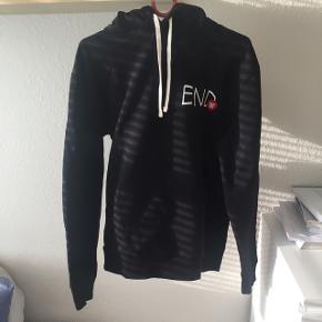 Sort hoodie fra Wood Wood x EndNy pris 1100kr, brugt få gange Fejler intet  Bud er velkomne, og tjek endelig mine andre varer ud :) Køber betaler fragten (dao cirka 35 kr) eller mødes i Horsens Ingen returnering :)