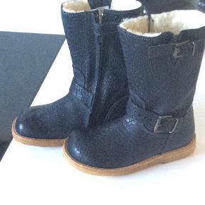 Varetype: Støvler Farve: Sort Oprindelig købspris: 900 kr.  Rigtig fin støvle sælges  pga købt forkert str. Nypris ca 900,-