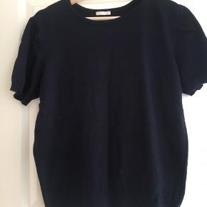 Lækker mørkeblå strikket bluse/tshirt. Købt i Japan af mærket GU. Ubrugt. Hedder XL, men er bedre til L tænker jeg.