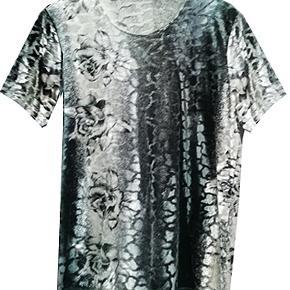 Smuk bluse i nervøst velour, købt i udlandet. Brystvidde 55 cm, længde fra ærmegab 45 cm. Blusen er 90% polyester og 10% elestan. #30dayssellout