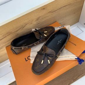 NYE/UBRUGTE Louis Vuitton - gloria flat loafers str. 37 (passer en str. 38)   Købt d. 2/5-20 i butikken, og har ligget i kassen siden. Derfor helt nye.   ALT medfølger. Kvittering, kasse, dustbags, bånd og til/fra kort   Pris: 3100,- 😊