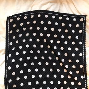 Prikket sort/hvid tørklæde. Rigtig flot som både halsklud og hårbånd.