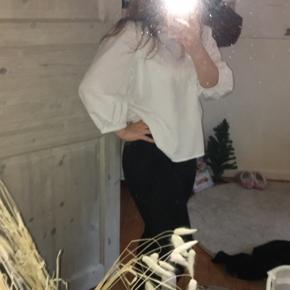 Stort spejl (ca 70x95) sælges til 99 kr.  Spejlet aftager på trods af sin størrelse ikke særlig meget plads, grundet det tynde glas🤩 Det hænges op med 4 beslag som selvfølgelig medfølger købet, hvis ønsket✨  Spejlet afhentes i Munkebo, Fyn💛