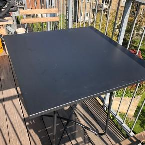 Super fint bord til altan fra Jotex.  Ny pris 1100. Byd gerne.  Måler 73x73 cm.