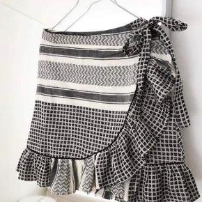 """Fin nederdel i sort og hvid fra Trendday. Den sælges fordi den er lidt for stor. Det skal siges det er en """"slå-om nederdel"""". Den er brugt en enkelt gang. 100% bomuld."""