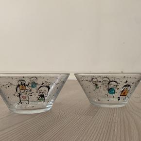 To skåle fra Poul Pava. Den ene har et lille skår som det ses på det sidste billede. Skålene er 13 cm. i diameter.