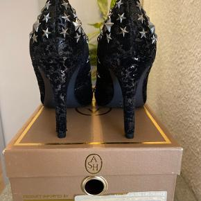 Smukke heels fra ASH. Aldrig brugt, stadig i æske med medfølgende sko pose.
