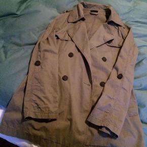 Rigtig fin, klassisk trenchcoat/frakke fra Benetton/United Colors of Benetton i en lyse brun/beige farve. Købt for et par år siden og blevet brugt en del men der er ingen synlige brugsspor/slid - dog er bæltet blevet væk men et hvert andet bælte vil jo kunne bruges og få den til at se flot ud på. :-)  Jeg købte den for 1.500 kr.  Hvis den skal sendes, betaler køber fragt.   BYD. ✨  Mvh Betina Thy