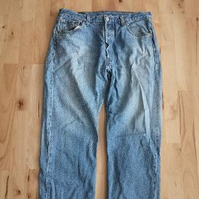 Fede Levi, s Jeans, som dog er blevet godt brugt. Har et lille hul i skridtet som sagtens kan fikses. Og ellers tegn på godt slid gennem årene, sælges derfor super billigt #secondchancesummer