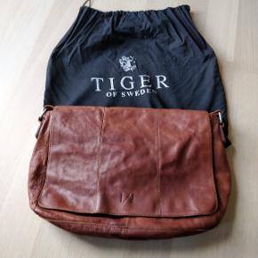 Smart skuldertaske fra Tiger Of Sweden. Tasken er en ældre model og er købt for flere år siden. Den fås ikke længere i nogle af deres butikker. Kommer fra røgfrit hjem.