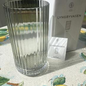 Flot Lyngbyvase, 20 cm i en røget grå. Stadig i sin æske, aldrig brugt🌞🌻☕️