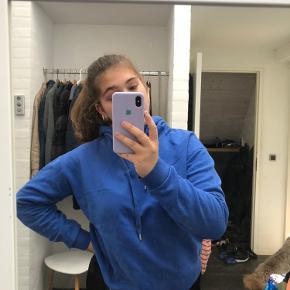 Envii hoodie i den flotteste blå farve. Den er en størrelse S, men kan også passes af en M Ingen tegn på slid