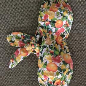Aldrig brugt stropløs bikinitop med citrusfrugter. Bindes bagpå. Str. Xs.