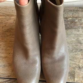 """Fine fine støvletter købt i Bruno & Joel i København.  Har tilladt mig at skrive aldrig brugt da de har været på én gang. De har lædersål så den ser slidt ud med det samme, men de altså så godt som nye hvilket også ses på skoen alt i alt.  Helt fantastisk detalje har skoen med det grå skind der er ført helt fra skoens """"krop"""" ned over hælen også.  Nypris var 2700kr   #skind #delux #design  #luksus #kvalitet  #scarpa  #støvlet #støvletter #stillet  #stiletter #trendsalesfund"""