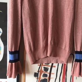 Smuk strik / bluse med glimmer fra Y.A.S 🌸 i smuk sart lyserød med blå og sorte detaljer på ærmerne. Aldrig brugt. Ærmerne har vidde 🌿 v-hals   Bemærk - Sendes med DAO (33 kr), bytter ikke og sender ikke billeder med varen på ⭐️☺️  ⭐️ v udskæring yas vhals
