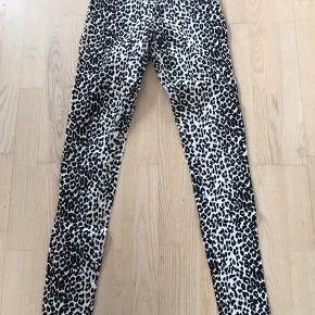 Leopard buks i jeansfacon