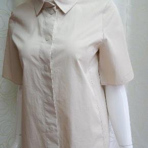 COS Skjorte 34/36/S, beige m/trykknapper, 100% bomuld, brugt 1-2 gange, næsten som ny