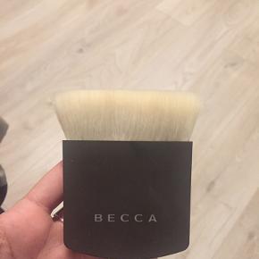 Hej alle!   Jeg sælger denne super fine børste fra becca, som er beregnet til hele ansigtet. Børstens hår er super bløde & jeg har hørt ekstremt godt om den, DOG har jeg aldrig fået brugt den.   Den er omkring 2 år gammel & er SLET ikke brugt. Jeg synes det var syndt at lade den stå, aå håber en af jer kan få gavn af den derude, da jeg nemlig ikke bruger makeup længere :)