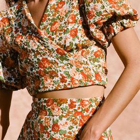 Så skøn wrapbluse fra bæredygtige og etiske Faithful The Brand i modellen Le Rose Floral Print Mali Wrap Top. Designet, syet, håndfarvet og -malet af kvinder på Bali. Toppen er helt ny og stadig med prismærke.  Oplagt til sommerens fester.  Stofpose fra Faithfull the Brand medfølger.  Nypris var 1800 kr. inkl. told og fragt.  #tuesdaysellout #trendsalesfund